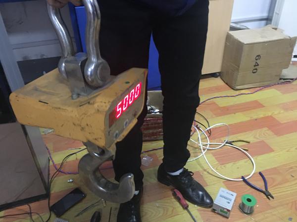 電子吊鉤秤維修現場1