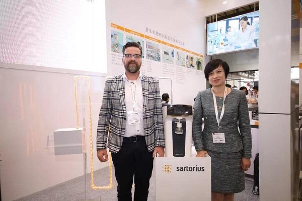 盧莉瓊女士、Frank先生與新品arium® mini essential超純水系統合影。